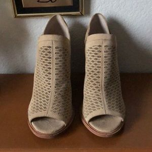 NWOB Vince Camuto Perforated Peep-toe Booties 7.5